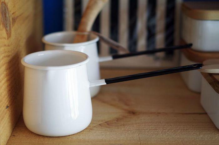バターウォーマーとしてはもちろん、ちょっとミルクやソースを温めたり、ドレッシングを作ったり、色々使える小さなお鍋。細長い持ち手と優美なラインを描くフォルムがなんとも繊細で美しいですね。