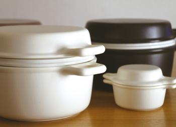 「煮る」「焼く」「蒸す」ができるから何にでも使いやすい三徳鍋。見た目は洋風ですが、土鍋と同じように陶器なので、じんわり温めしっかり保温してくれます。