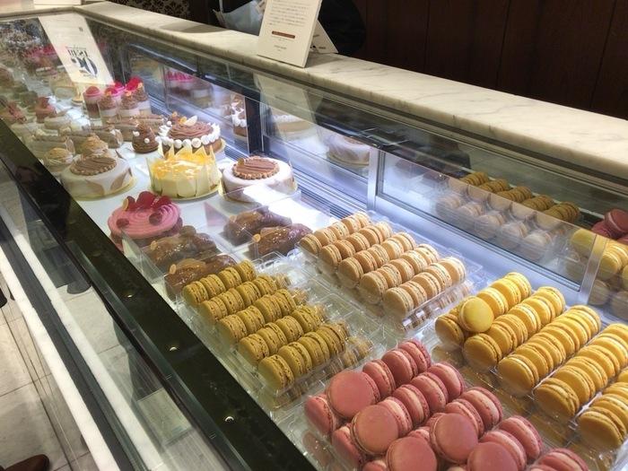 """マカロンをはじめ、かわいらしいケーキが人気の「ピエール・エルメ・パリ」は、2018年で来日20周年。カラフルなお菓子たちに目が奪われてしまいますが、""""スイーツはじめ""""は是非、ガレット・デ・ロワを。"""