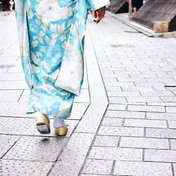 着物の裾は、浴衣より長めがポイントです。草履を履くので着付けた際にかかとギリギリくらいが綺麗に見えますよ。