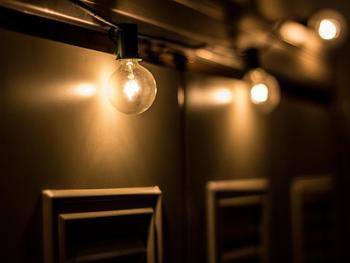 オレンジの暖色系の光なら温かい雰囲気に。明暗をはっきりさせればシャープできりっとした印象になります。ペンダントライト等の照明器具を取り変えるのは簡単ですし、デスクライトやフロアライトで明かりをプラスすれば、気軽にお部屋のイメージチェンジが出来ますね。デザインに優れた素敵な照明で、自分らしい空間に作り替えてみましょう!
