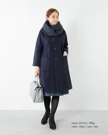 ぐるっと巻くだけでオシャレに仕上がるスヌード。立体感のあるざっくりしたケーブル編みは見た目からして暖かさを感じられるアイテムですね。