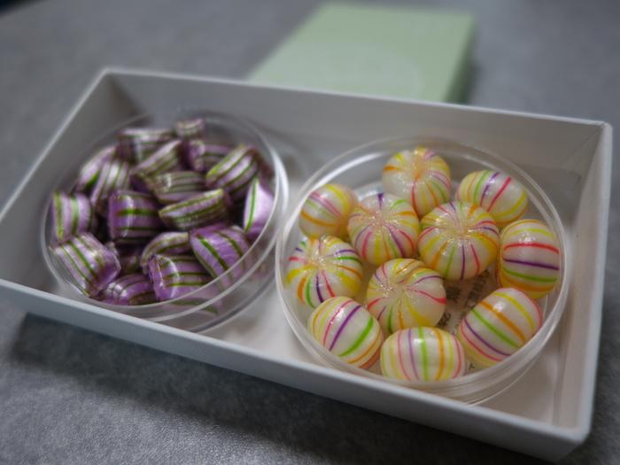 """創業130年の飴屋「今西製菓」が、2013年にオープンさせた新ブランド「クロッシェ」の""""京あめ""""。 右の「紫上」は、バニラ味。源氏物語に登場する才色兼備な光源氏の妻を表現しています。 左の「白絹手毬」は、レモンライムの味。白絹のごとく輝く色と細やかな色目は祝いと清廉を表します。 はんなりと美しい""""あめ""""に、奥ゆかしい""""意味""""を持たせる…京都らしい情緒を感じますね。"""