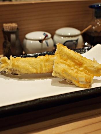 ランチ、ディナーどちらの時間帯も天ぷらをいただけます。衣はサクサク、身はふっくらで一口食べると思わず笑みがこぼれます。  昼からお酒を飲んでおつまみを食べて蕎麦で〆る…という江戸蕎麦伝統のスタイルを楽しみたい方にもおすすめ。きりっと冷えた日本酒や熱燗も進みそう。