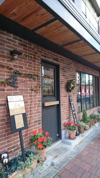 新大橋通り沿いにあるレンガ造りの「August Moon Cafe(オーガストムーンカフェ)」。どことなく海外の雰囲気を感じる外観が目を惹きます。それもそのはず、こちらのカフェはアメリカ東海岸、ニューイングランドのスタイルをコンセプトにしているんです。