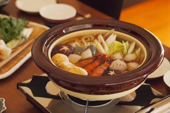 こちらも伊賀で焼かれた雰囲気ある土鍋です。艶のある飴釉がちょっとした華やかさを卓上に運んでくれます。