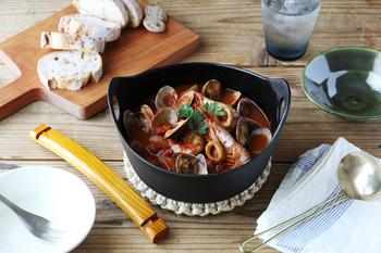 南部鉄器で作られたシンプルながらシャレなお鍋。和食の他に、洋食の煮物料理にも良く似合います。