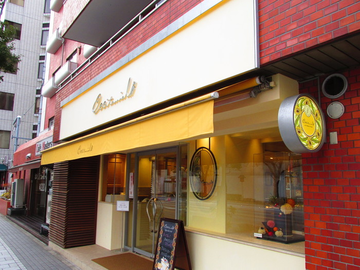 """浜町から少し足を延ばして水天宮まで歩いたら、柔らかいイエローのひさしが目印の「オクシタニアル 東京本店」でスイーツをいただいてみませんか?ここは、""""南フランスのような懐かしさと安らぎ""""がコンセプトのバームクーヘンで有名は「クラブハリエ」が手がけるフランス菓子専門店です。"""