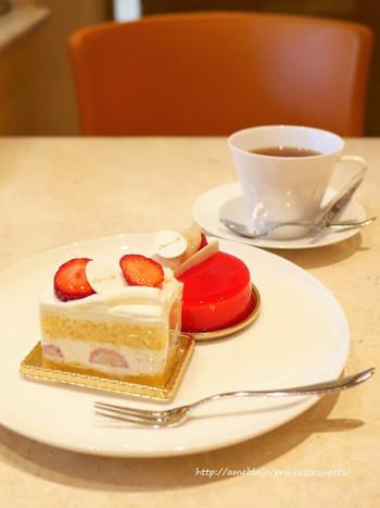ショーケースから選ぶケーキは、どれも色とりどりで見ているだけでうっとり。こちらは「季節のショートケーキ」です。卵の風味豊かでふわふわなスポンジを引き立たせるように、軽めのホイップクリームとジューシーないちごは上品なお味。