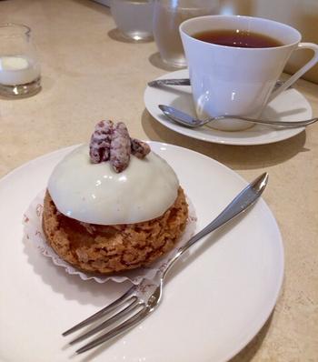 「シュー・バニーユ」は、クッキー生地のサクサクのシューの中に濃厚なクリームがたっぷり。トップのアイシングがつややかでプロの技を感じますね。