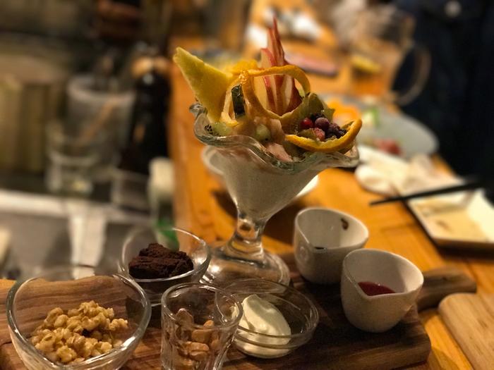 甘いものは別腹…という女性はデザートにパフェを注文してみては?フルーツたっぷりのパフェに、お好みでナッツやクリームをトッピング。甘いものとワインの組み合わせもおすすめです。