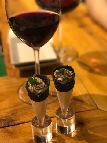 フォトジェニックな1品と人気なのが鶏レバームース。ソムリエが厳選したイタリアや フランスの自然派ワインなどと合わせていただけば、至福の時間を過ごせます。