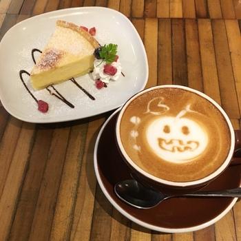 堀口珈琲がここのカフェのためにブレンドしたコーヒーは、仕事や読書のお供にぴったり。キュートなラテアートにほっこり心が和みます。デザートメニューも充実◎