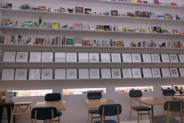 店内に一歩入ると、約5mもある天井の高さに圧倒されます。正面の壁一面には、白い書棚。絵本から哲学書、料理本など様々なジャンルの本がディスプレイされています。