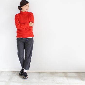 ざっくりとした質感の真っ赤なニットは、それだけでコーデの主役になるような存在感。うるさくならないよう、コーデはなるべくシンプルにまとめるのが鉄則です。ブラックのパンツとシューズを合わせつつ、裾と足元に白をのぞかせてさりげなくメリハリをつけています。大人っぽくまとまる、おすすめの配色コーディネート◎。