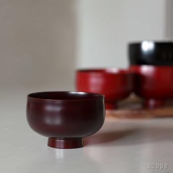 """伝統的な漆職人の手で、一つ一つ丁寧に作られる漆塗りの汁椀。口触りも手触りも優しい「TSUBAKI椀」は、和食器にも洋食器にも馴染むシンプルなデザインが特徴です。天然漆を使用しているので使うほどに味わいが増し、""""育てる""""楽しさが味わえるのも大きな魅力です。"""