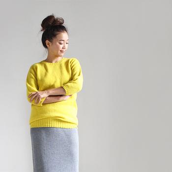 シンプルなクルーネックのセーターもイエローを選べば、ぐっと明るく元気な雰囲気に。濃いカラーのボトムスより、ベージュやライトグレーのボトムスを合わせる方がナチュラルに着こなせますよ。子供っぽくならないように、タイトめなリブニットのスカートで女性らしさをプラスしているところがポイント。