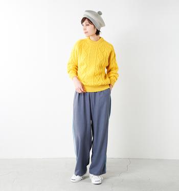 """""""英国政府認定""""のブリティッシュウールを贅沢に使用し、手編み機でふっくらと美しいケーブル編みを表現したニット。職人技が光る上質なニットだからこそ、鮮やかなイエローでもどことなく品の良さが漂います。ニットのキレイな色を邪魔しないグレーのパンツを合わせて、大人カジュアルな着こなしに。アクセントの帽子も同じくグレー系をセレクトしています。"""