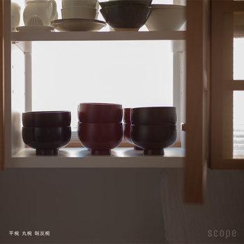 食器棚に収納する際は、陶器やガラス製品などで傷つけないよう、漆器だけの場所を設けて収納しましょう。漆器は日常使いすると乾燥を防ぐことができますが、長期間使用しない場合には、水を少し入れたコップなどを食器棚に置いておくといいそうです。