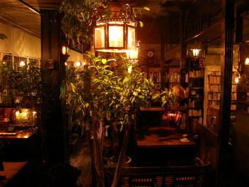 JR 高円寺駅の南口から徒歩5分。蔵書には、文学を中心に写真集や美術書や旅行書など幅広いジャンルの本を読む事ができます。一人一人がゆったりと静かに本を読む空間として利用している為、本を読むスペースでは私語は厳禁です。