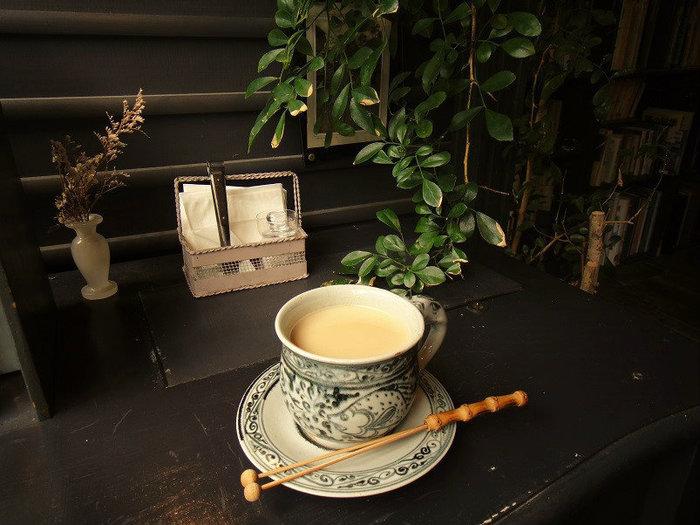 こちらは珍しいスパイスチャイ。他にも各種コーヒーからソフトドリンクまで充実したメニューが揃っています。飲み物以外にもスイーツ類などもあるので、本を読みながら一緒に愉しみたいですね。