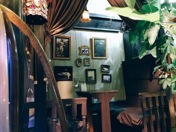 店内は、一歩入れば日常を忘れさせてくれるようなノスタルジックな雰囲気。独立されたこちらの席の他にも、一人の方でも落ち着けるテーブル席もあります。