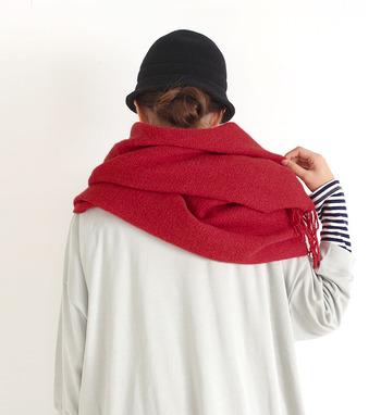 難しい色に思われがちな「赤」ですが、ポイント使いなら派手になりすぎず洗練された印象に仕上がります。是非、冬コーデに取り入れてみてください。