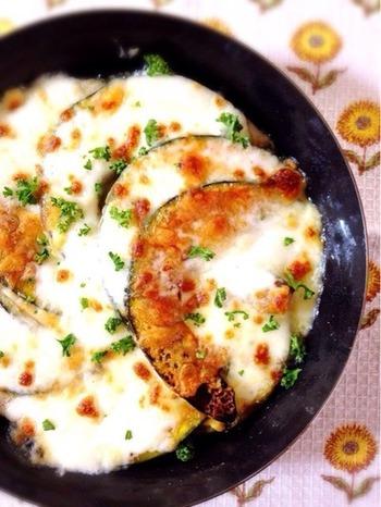 グリルパンにかぼちゃとチーズを並べ、弱火でじっくりと焼いたレシピ。かぼちゃの甘みとチーズのコクが絶妙に絡み合います。
