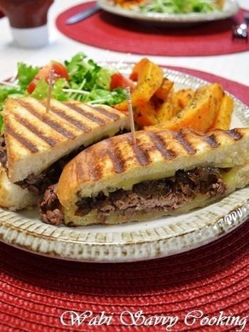 炒めた玉ねぎと牛肉を、チーズと一緒にパンで挟み、グリルパンで焼きます。こんがりと焼き目の付いた、ボリューム満点のホットサンドです。
