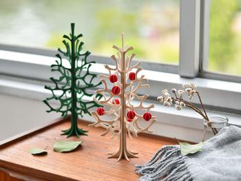 小さなクリスマスツリーは、色違いで棚の上にちょこんと飾るのも素敵ですね。