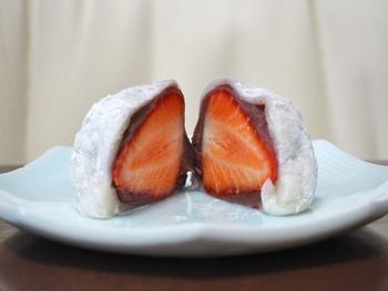 お餅とこし餡が、薄くそっと、苺を包んでいます。一口食べれば口いっぱいに苺の果汁が広がり、お餅と餡が苺の美味しさを際立たせる最高の役割を果たしているのがわかります。苺が横むきに入っているのも特徴的ですね。