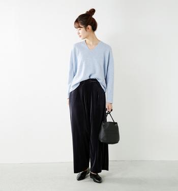 トレンドカラーのスモーキーブルーとは「くすんだ水色」のこと。清楚で華やかな雰囲気が魅力のカラーです。  「ゆったりサイズ×Vネック」のプルオーバーは、着るだけで女性の美しさを引き出してくれるような優秀トップス。ワイドパンツを合わせることでリラクシンなムードをより楽しめます。バッグやシューズにレザーアイテムを取り入れると、コーデが程よく引き締まります。