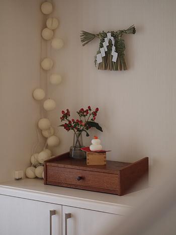 小さなしめ飾りや、小さな鏡餅を、玄関にちょこんと飾ると可愛らしいお正月のディスプレイに。南天の実も彩りを添えてくれます。