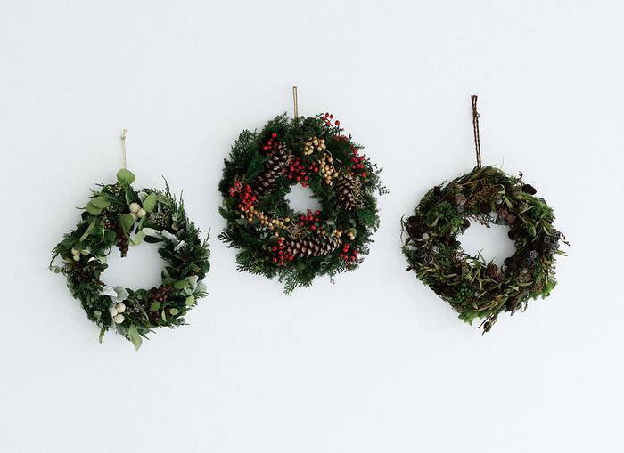 クリスマスリースは、お部屋の場所を取らずにクリスマスムードたっぷりな雰囲気にしてくれます。