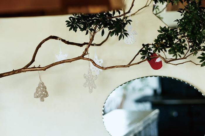 枝ものを花瓶に生けて、オーナメントを飾るのも素敵なアイデアですね。ツリーがなくても楽しめます。