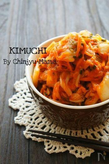 キムチは自家製でも作れちゃいます。自家製なので辛さも調節できますよ。このレシピはアミなどの魚介系は入っていません。冷蔵庫の中にあるもので作れるのも嬉しいですよね。