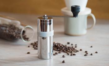 お気に入りのコーヒー豆を自分のためにだけ挽く贅沢な時間。じっくり時間をかけて淹れる一杯のコーヒー。いい香りが心にも染みわたっていきそうです。