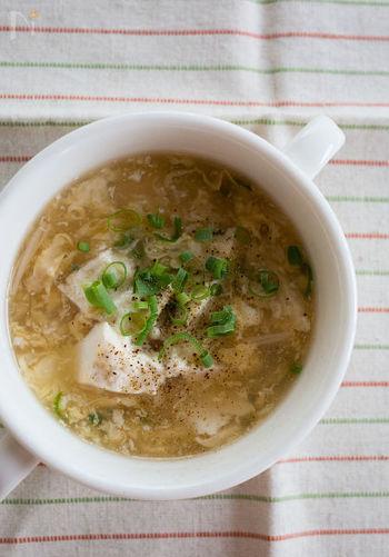 生姜の効いた卵スープにくずし豆腐を加えたやさしいお味の中華スープです。風邪をひいて食欲がない時にも、やさしく体を温めてくれそうです。