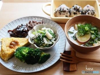 ちょっと今週は野菜の摂取が足りないな。なんて時は朝一杯のお味噌汁に野菜をたっぷり入れて具沢山のお味噌汁にすると忙しくても栄養管理することができますよね。味噌を含む発酵食品は保存がきくので、常に常備して置きたい食品です。
