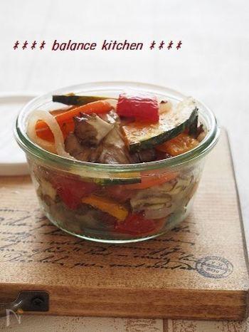 グリルした野菜を塩麹でマリネした保存もきく常備菜。これがあれば時間がない朝やお買い物にいけない時も野菜不足を回避してくれます。パンに挟んでサンドイッチにしたり、パスタに和えたり、冷蔵庫に常備して置きたいレシピです。