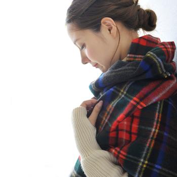 髪の量が多くてまとまりにくい…という方は、三つ編みや編込みなどをしてからお団子にするとスッキリ&おしゃれに見えますよ。
