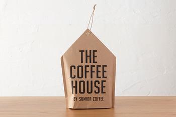 ちょこんと置いているだけでも可愛いコーヒーバッグは、錦糸町で、美味しい珈琲を提供している「すみだ珈琲」のもの。すみだ珈琲オリジナルブレンドを含め、産地の異なる全5種類のコーヒーを飲み比べる、そんな贅沢な時間が楽しめるのも、冬のおうち時間だからこそ。