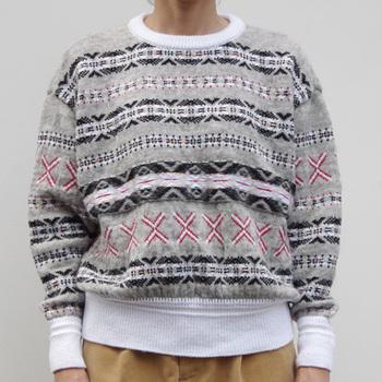 グレーをベースとした落ち着いた色合いの中に、赤の糸が入って可愛らしい印象のセーターです。モヘアとファンシーヤーンを使用しています。