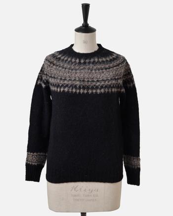 黒のフェアアイルセーターは、大人っぽく着こなせます。すっきりとしたシルエットで、どんなボトムスとも相性が良いんです。