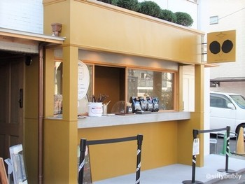 コーヒースタンドのようですが、わたがし専門店「JEREMY & JEMIMAH」です。ザラメの開発・製造から手掛けるこだわりのわたがしをテイクアウト出来ますよ。お土産用の袋入りは賞味期限1か月です。