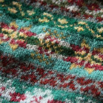 フェアアイルとは、ニットの編み模様の一つ。スコットランドのシェットアイランド諸島にある「フェア島(Fair Isle)」が発祥の伝統的な柄です。カラフルな糸で編まれる幾何学模様が特徴です。