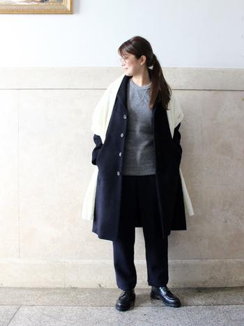ヴィンテージのトレーナーのようなデザインのグレーニットにネイビーのパンツとコートを合わせた、ちょっぴり優等生なコーデ。グレー×ネイビーは品の良さが漂う組み合わせなので、大人カジュアルなスタイルにはおすすめです。真っ白なストールを羽織ってコーデを軽やかに仕上げるテクニックはぜひ参考にしてみて。