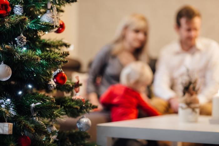 クリスマスは楽しいイベント。外でクリスマスディナーしたり、パーティーしたりも楽しいですが、お家で家族と過ごすクリスマスはかけがえのないものです。サンタさんになった気分で、子供たちや家族にささやかなプレゼントをしたり、クリスマスカードを送るのはいかがでしょう?ご近所のお子さんにも小さなクリスマスプレゼントは喜ばれますよ☆いつもの夜ごはんをクリスマス用に少しアレンジすれば、家族で過ごす素敵なクリスマスは完璧です。