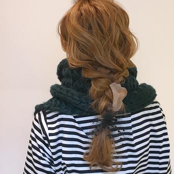 ゆるめに髪を巻いたあと、ゆる~く編み込みに。 ゆったりニットマフラーと雰囲気がマッチして可愛いですね♪