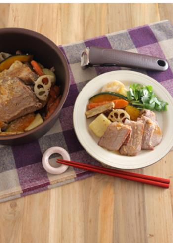 塩麹で漬け込んだ根菜と豚肉を蒸し焼きにしたお酒が進む簡単レシピ。根菜にもまろやかな塩味がついていて、野菜の甘みをさらに引き出してくれています。蒸し豚もチャーハンなどに使えるのでたくさん作っておくと便利です。ストウブやル・クルーゼなどのそのままテーブルに出せる鍋で作ればおもてなしにもぴったり!